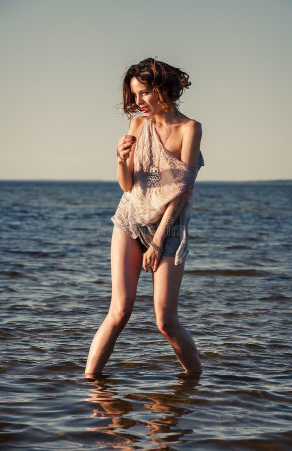 Mujer Seminude contra fondo del mar fotografía de archivo libre de regalías