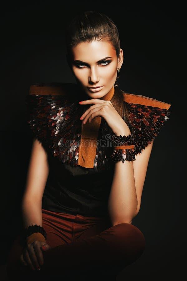 Mujer sensual atractiva en cuero marrón imagen de archivo libre de regalías