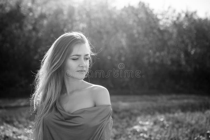 Mujer sensual atractiva que presenta en el parque en día soleado del otoño imagen de archivo