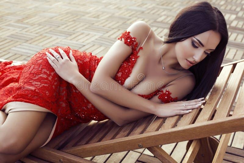 De rojo intenso. - Página 5 Mujer-sensual-con-el-pelo-oscuro-en-vestido-rojo-del-cord%C3%B3n-lujoso-52628456