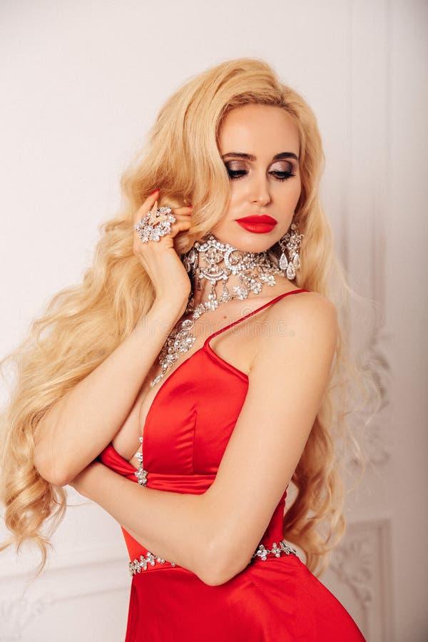Mujer sensual con el pelo rubio largo en vestido de noche lujoso foto de archivo libre de regalías