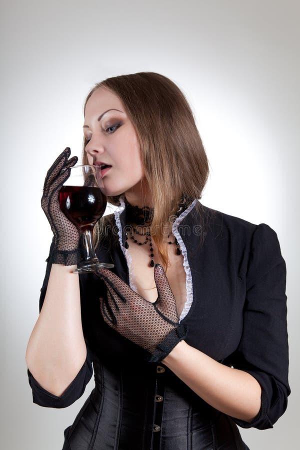 Mujer sensual con el vidrio de vino rojo imágenes de archivo libres de regalías