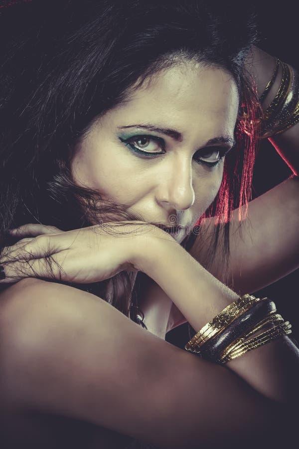 Download Mujer Sensual Con Las Pulseras Del Oro Y De La Plata, Ojos Intensos Imagen de archivo - Imagen de joyería, hembra: 44853635