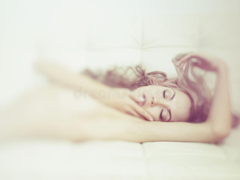 Mujer sensual en cama fotos de archivo libres de regalías