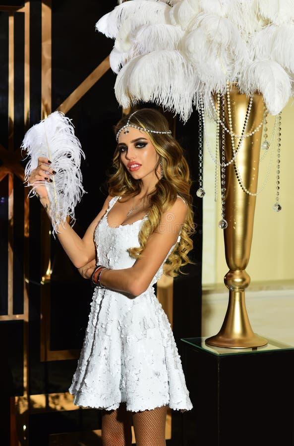 Mujer sensual en ropa de moda Muchacha de moda con mirada atractiva Ajuste para su forma de vida fotos de archivo libres de regalías
