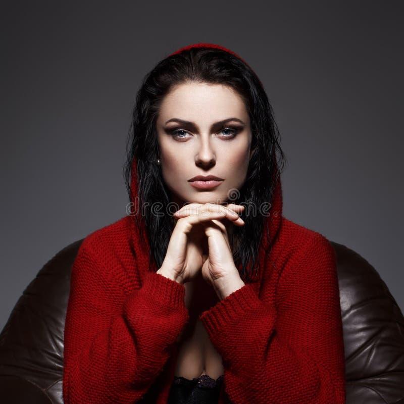 Mujer sensual en suéter rojo con el retrato de la capilla imagenes de archivo