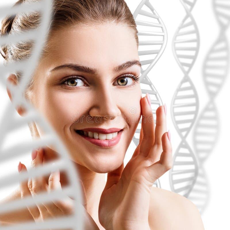 Mujer sensual entre las cadenas blancas de la DNA foto de archivo libre de regalías