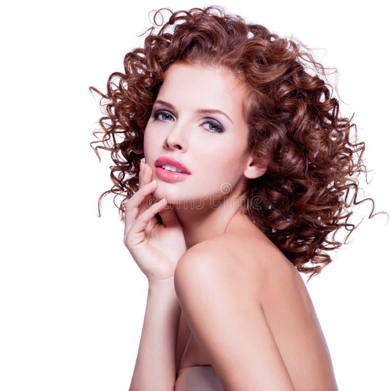 Mujer sensual hermosa con el pelo rizado moreno imágenes de archivo libres de regalías