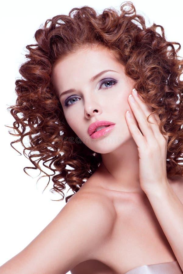 Mujer sensual hermosa con el pelo rizado moreno imagenes de archivo