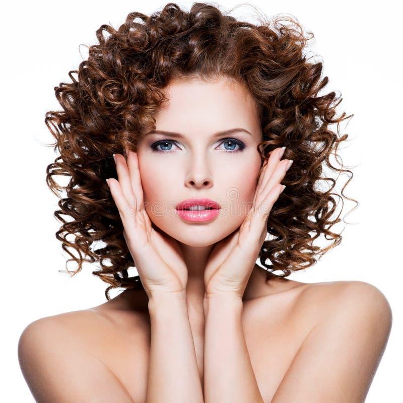 Mujer sensual hermosa con el pelo rizado moreno imagen de archivo