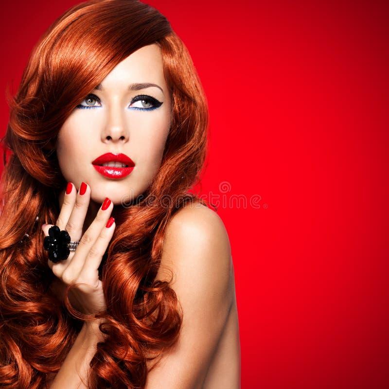 Mujer sensual hermosa con los pelos rojos largos. imágenes de archivo libres de regalías