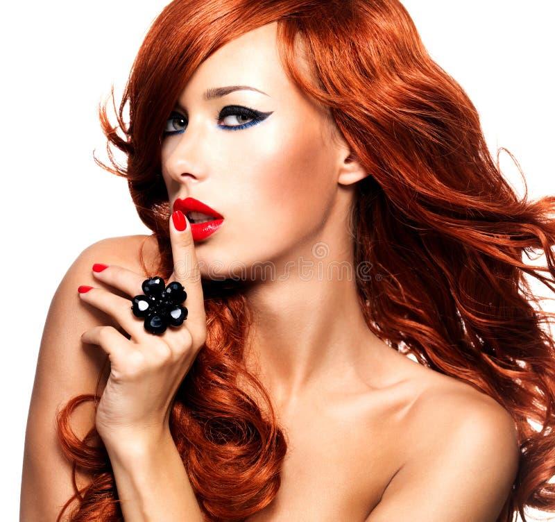 Mujer sensual hermosa con los pelos rojos largos fotografía de archivo