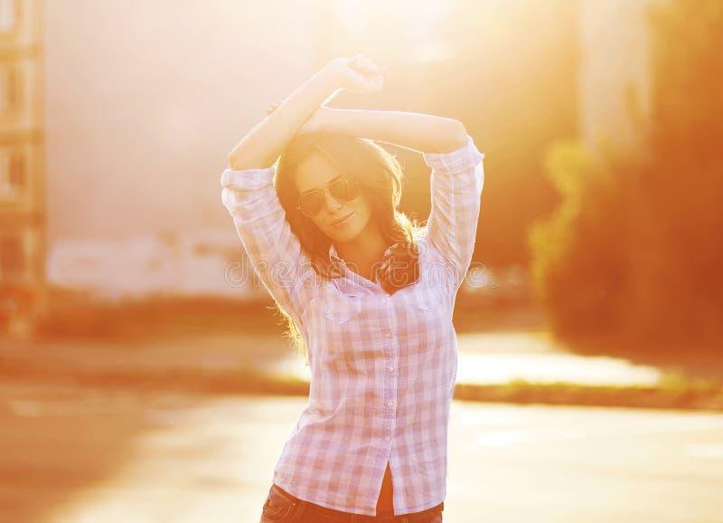 Mujer sensual hermosa de la foto de la forma de vida en gafas de sol al aire libre imagenes de archivo