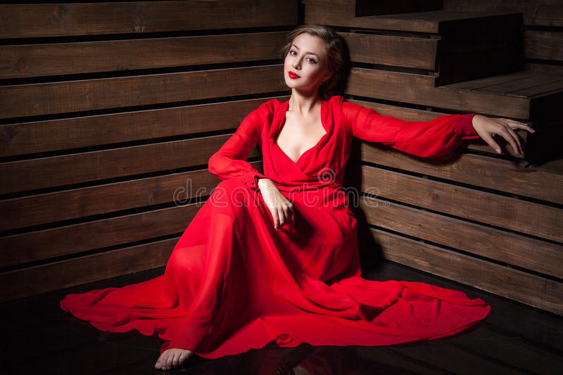 Mujer sensual hermosa en vestido rojo de la moda larga imagen de archivo