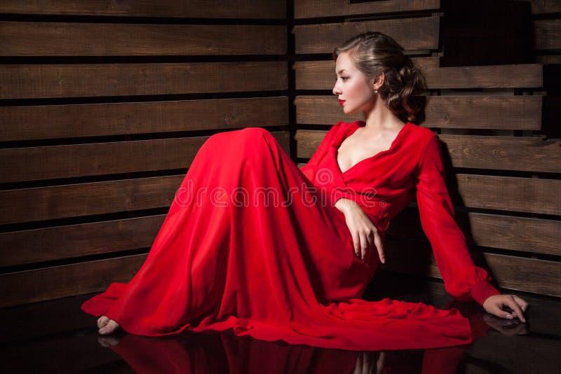 Mujer sensual hermosa en vestido rojo de la moda larga imagen de archivo libre de regalías