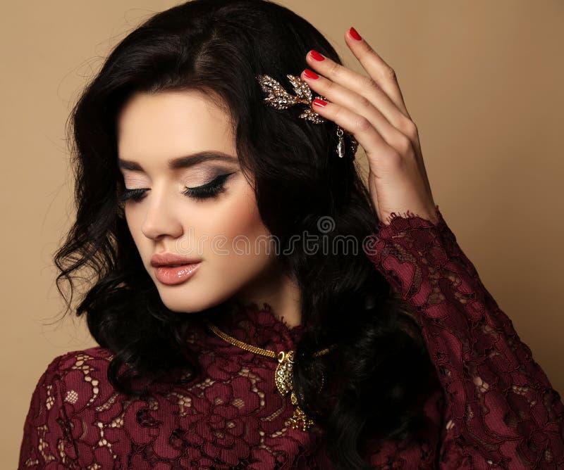 Mujer sensual magnífica con el pelo oscuro en vestido elegante imagen de archivo