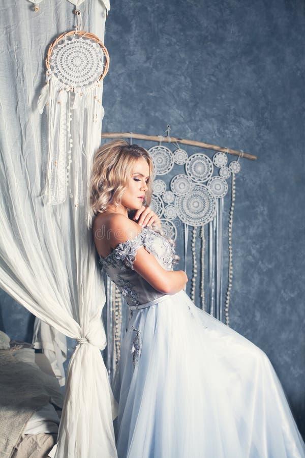 Mujer sensual perfecta en el vestido de Tulle en interior retro del vintage foto de archivo