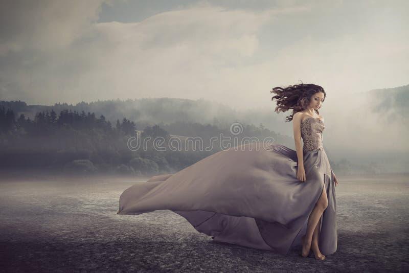 Mujer sensual que camina en la tierra de la fantasía foto de archivo libre de regalías