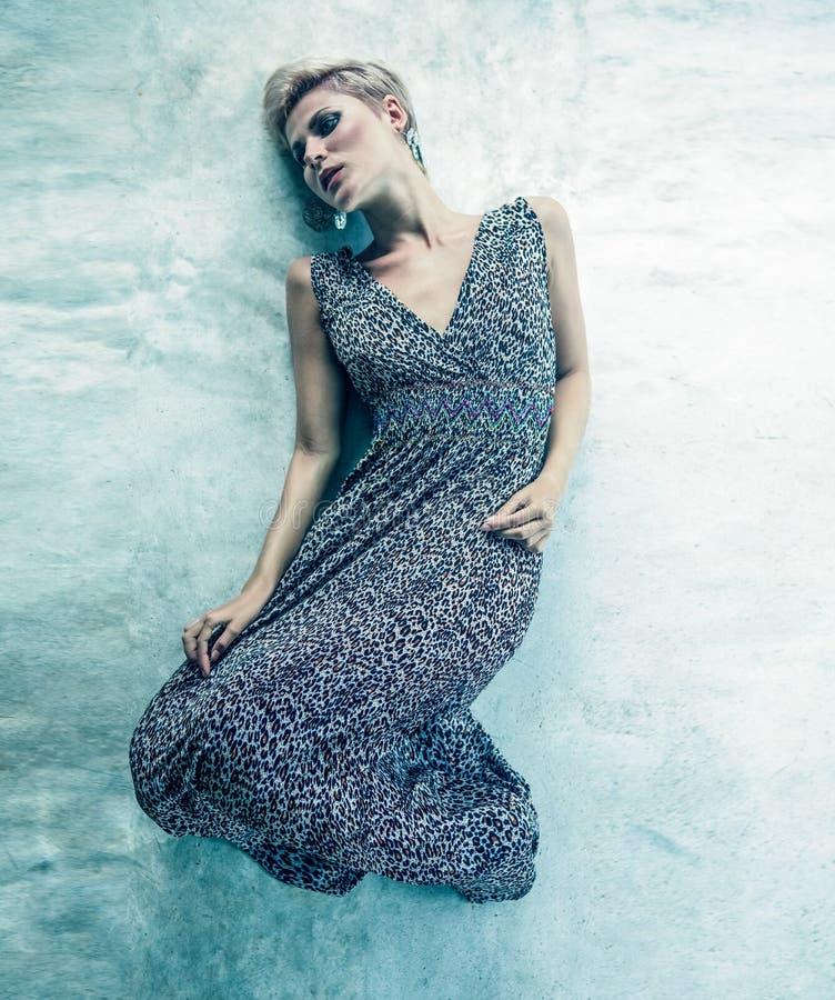 Mujer sensual que miente en el suelo imagenes de archivo