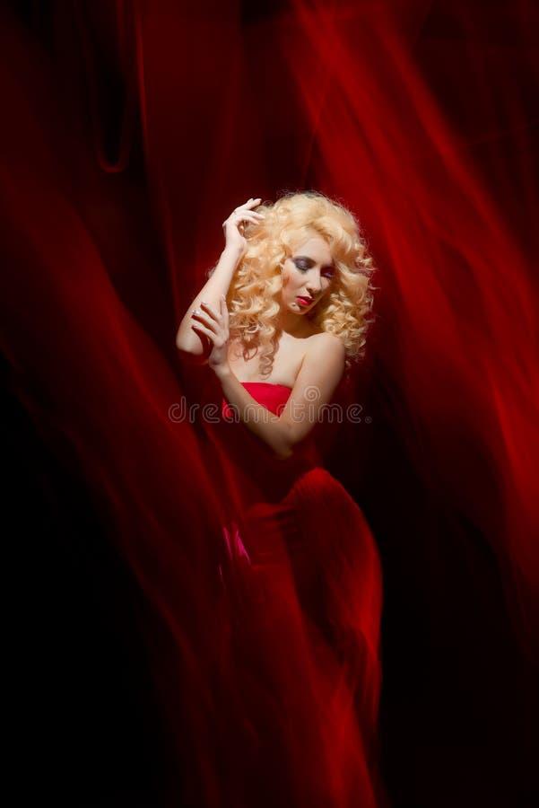 Mujer sensual, señora en el rojo, el día de tarjeta del día de San Valentín fotos de archivo libres de regalías