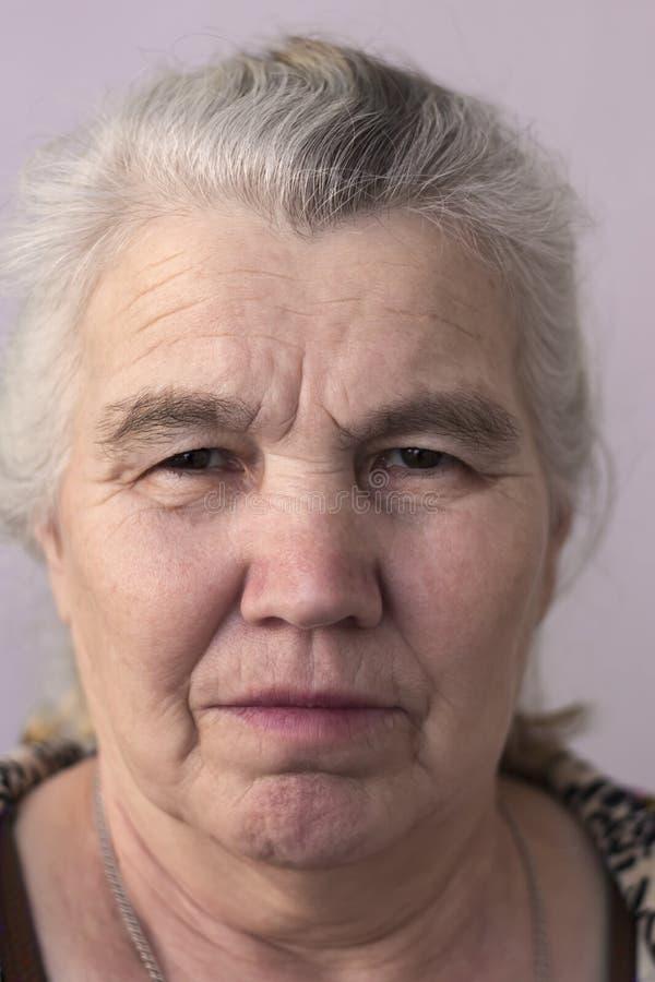 Mujer seria con el pelo gris en su cabeza fotos de archivo libres de regalías
