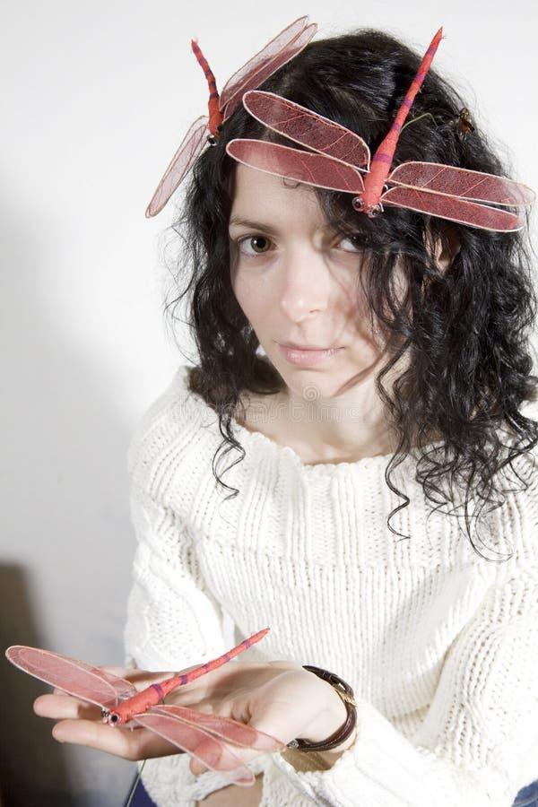 mujer seria con la libélula foto de archivo