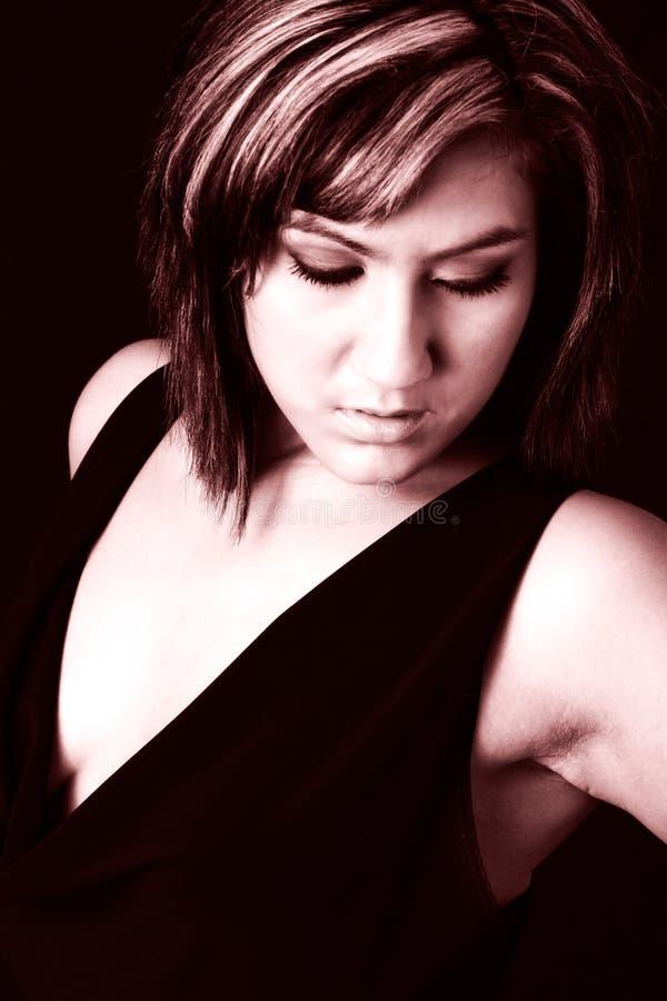Mujer seria en negro formal imagen de archivo
