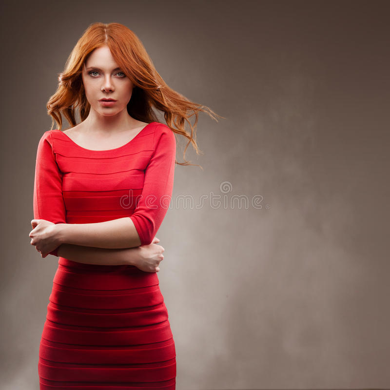 Mujer sexual que lleva el vestido rojo imagen de archivo