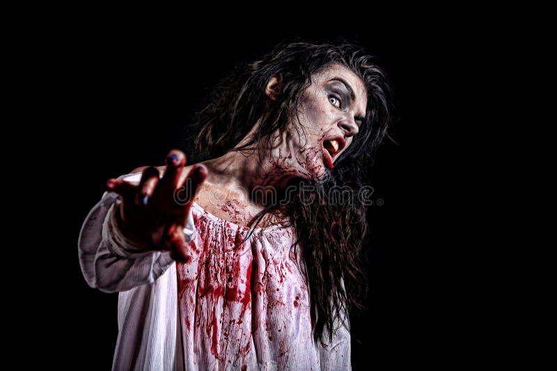 Mujer sicopática de la sangría en una imagen temática del horror fotos de archivo