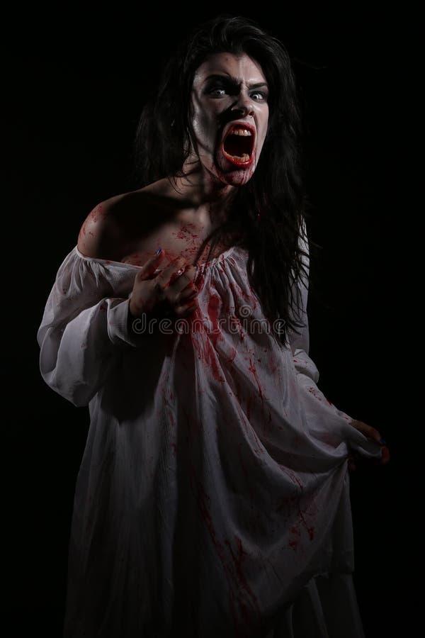 Mujer sicopática de la sangría en una imagen temática del horror fotos de archivo libres de regalías