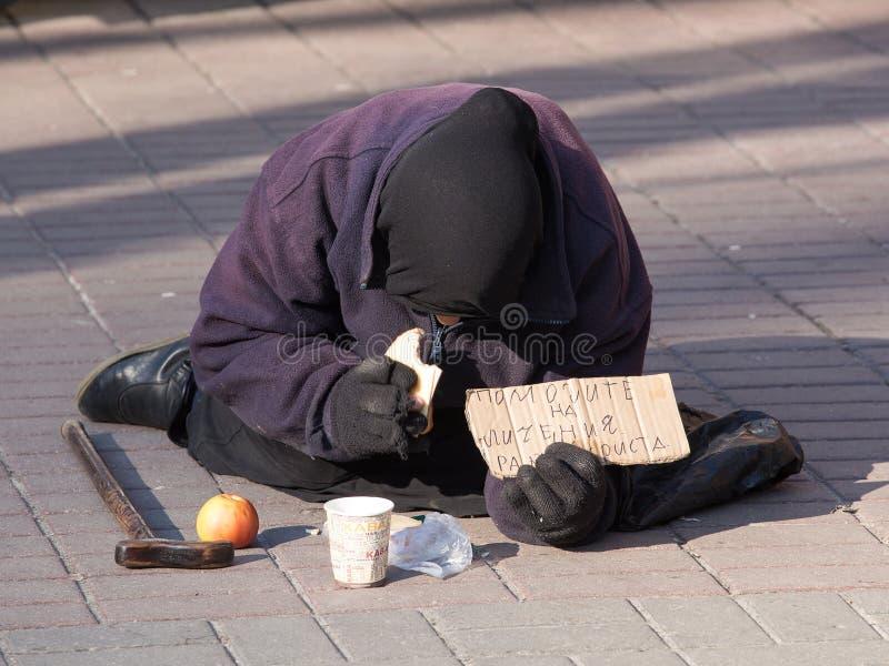 Mujer sin hogar en Kiev imagenes de archivo