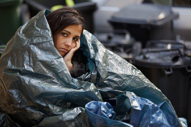 Mujer sin hogar que tiene frío imagen de archivo