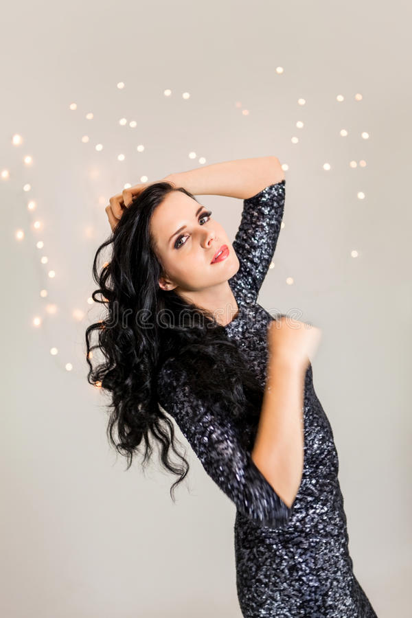Mujer soñadora hermosa con el baile del vestido del brillo imagenes de archivo