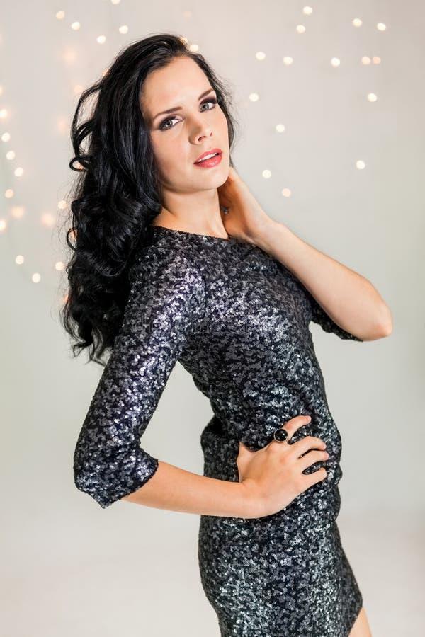 Mujer soñadora hermosa con el baile del vestido del brillo imagen de archivo libre de regalías