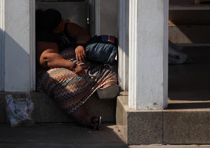 Mujer sola durmiente sin hogar gorda del streetperson fotos de archivo