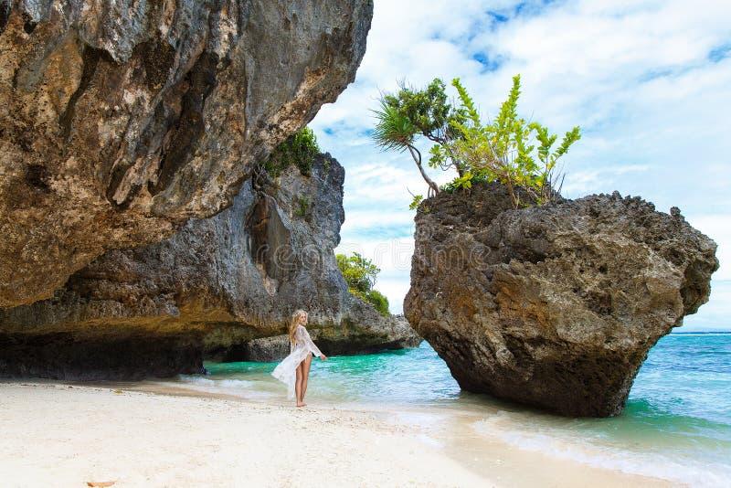 Mujer sola hermosa joven en el vestido blanco que camina entre el r imagen de archivo libre de regalías