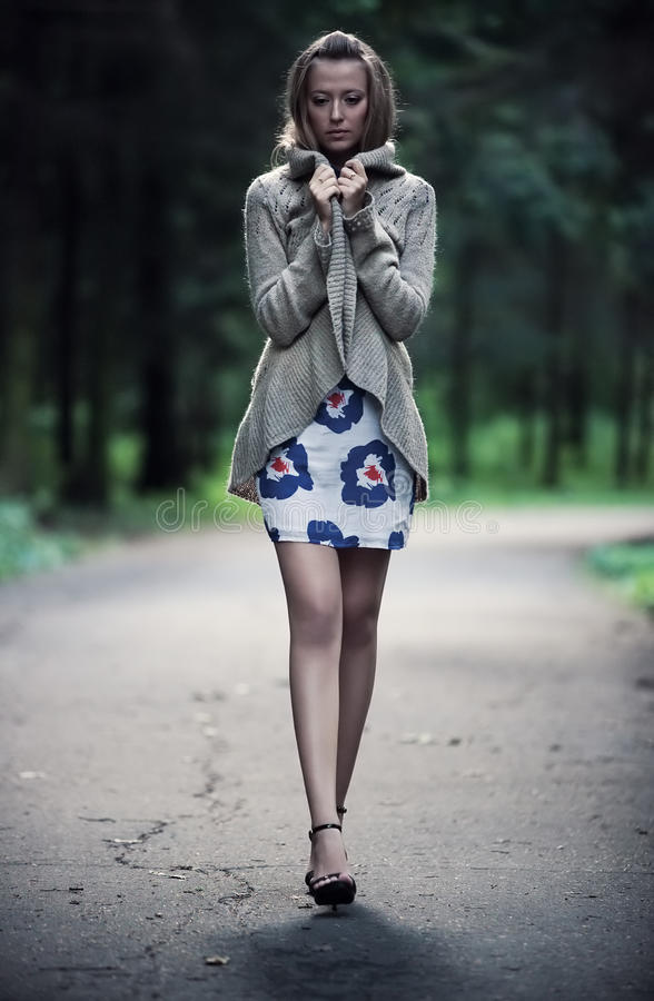 Mujer sola joven imagen de archivo