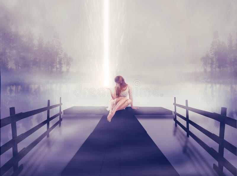 Mujer sola que se sienta en el embarcadero con la bola de brillar intensamente ligera en su mano foto de archivo