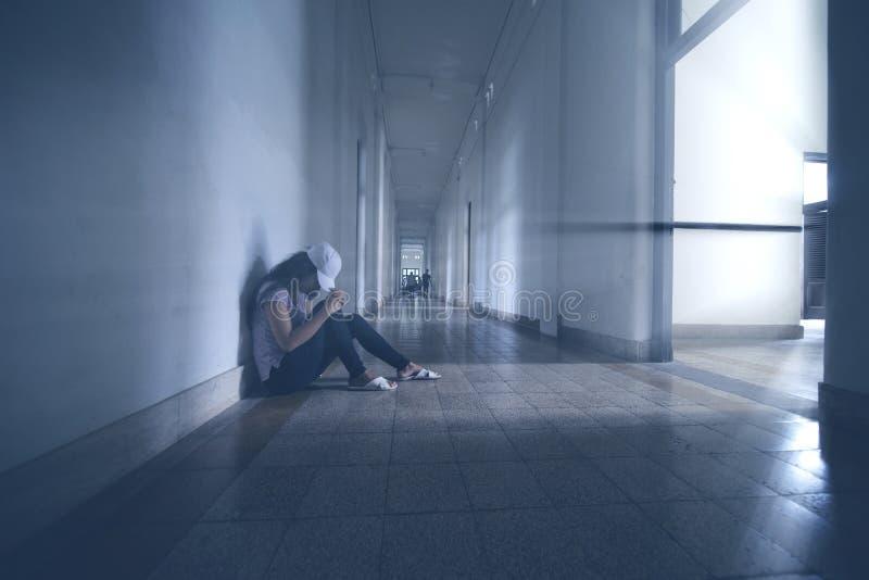 Mujer sola que se sienta en el vestíbulo foto de archivo libre de regalías