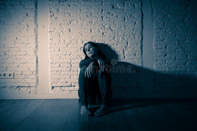 Mujer sola que sufre de la depresión fotos de archivo libres de regalías