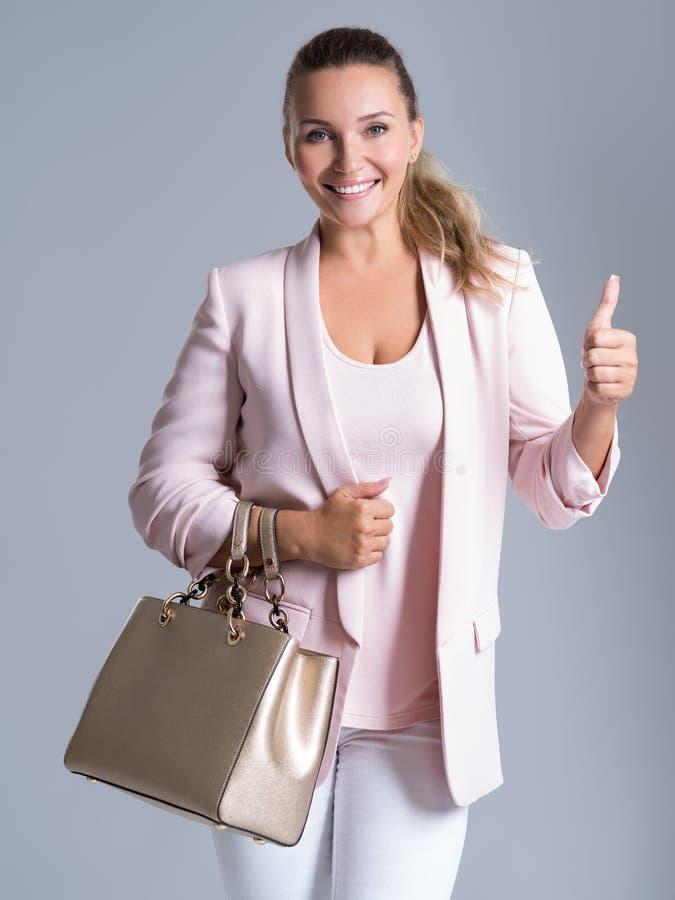 Mujer sonriente adulta casual hermosa con el pulgar para arriba imagen de archivo libre de regalías