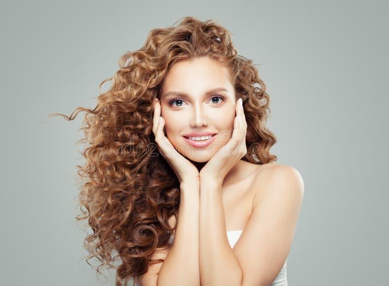 Mujer sonriente alegre, cierre femenino hermoso de la cara para arriba emoción Expresiones faciales positivas imagenes de archivo