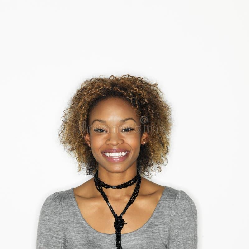 Mujer sonriente bonita foto de archivo libre de regalías