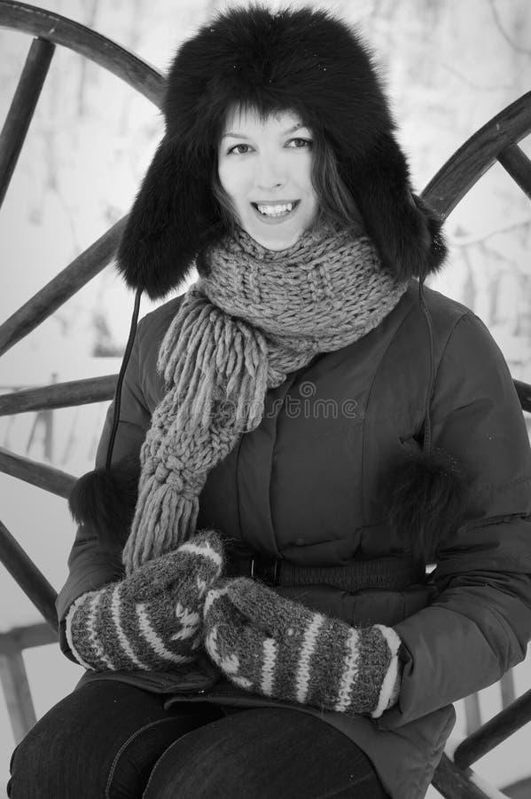 Mujer sonriente bonita en invierno con el casquillo peludo foto de archivo libre de regalías