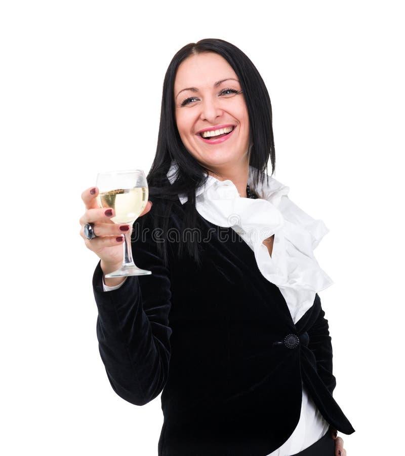 Mujer sonriente cómoda con un vidrio de vino fotografía de archivo