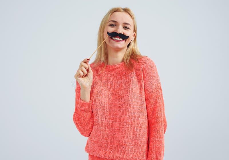 Mujer sonriente con el bigote falso fotos de archivo libres de regalías