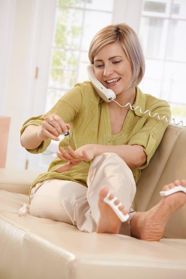 Mujer sonriente con el esmalte de uñas imágenes de archivo libres de regalías