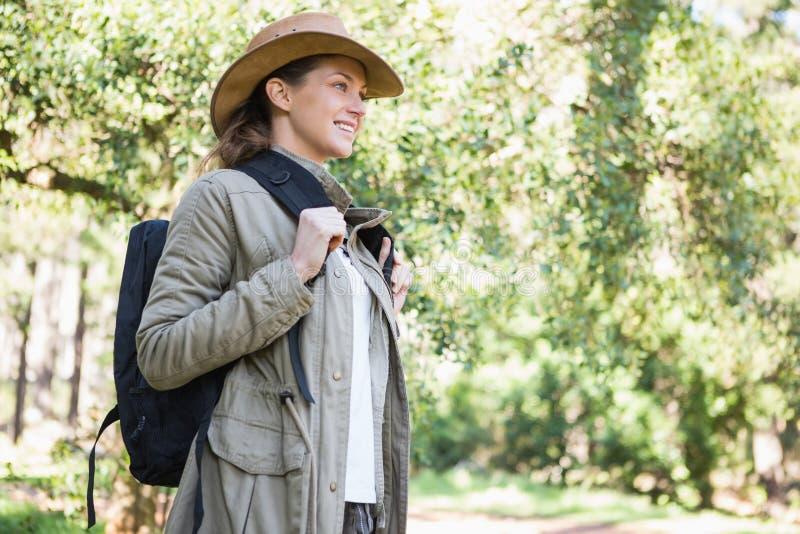 Mujer sonriente con el morral fotografía de archivo libre de regalías