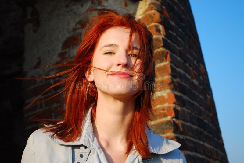 Mujer sonriente con el pelo rojo fotos de archivo