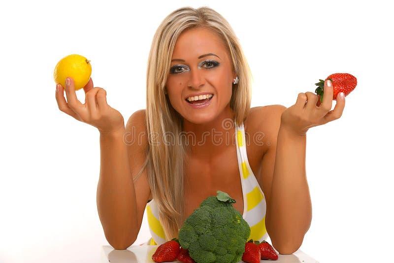 Mujer sonriente con la fruta y verdura fotos de archivo